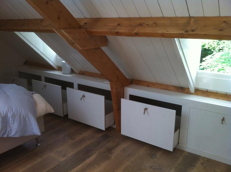 Diverse mogelijkheden voor een inbouwkast onder schuin dak.